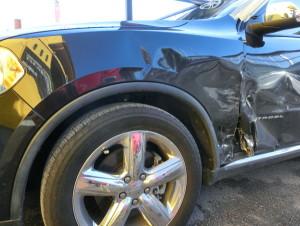 かなりヒドイ損傷です。フェンダー、Fドア、Rドア交換フロントピラー修理ですね。
